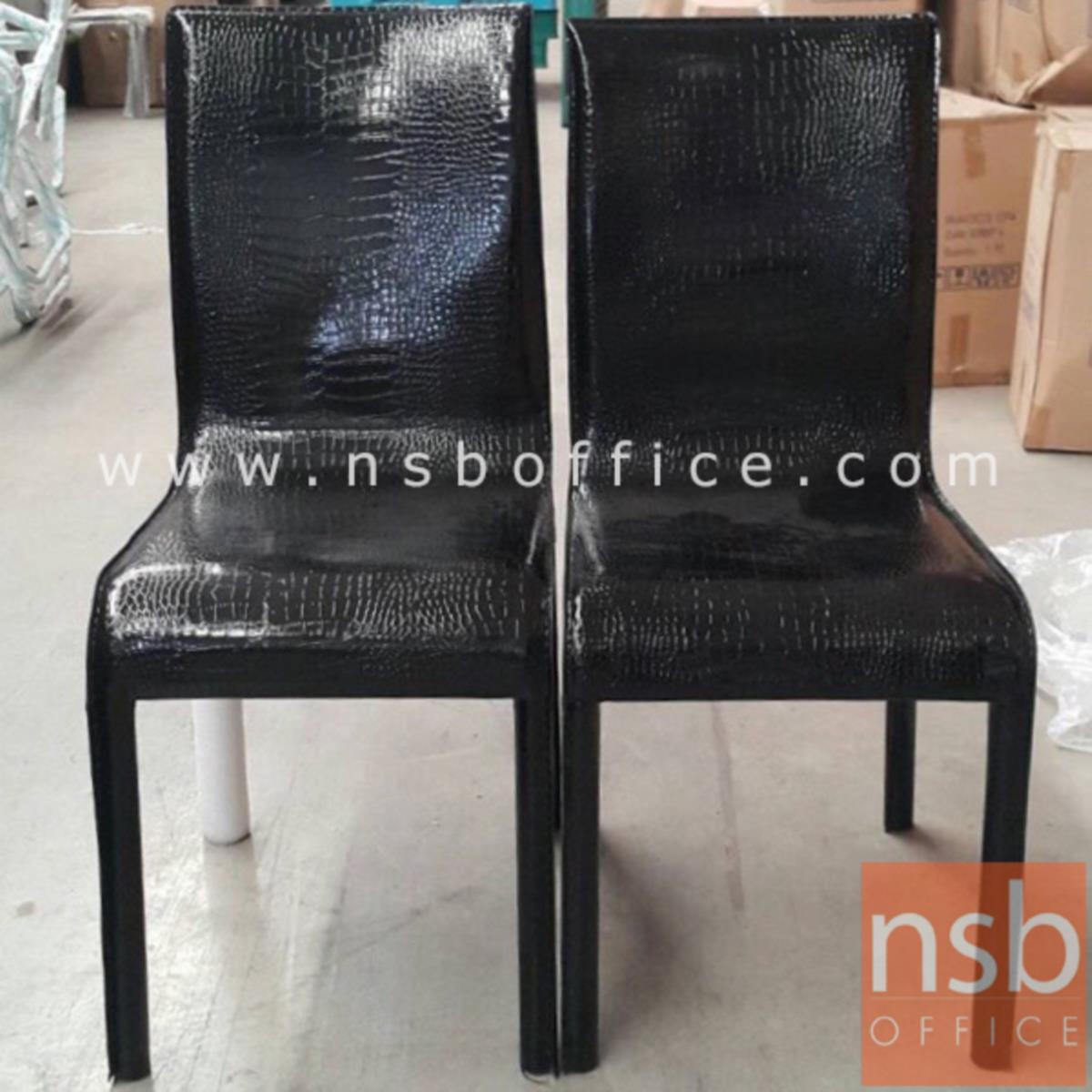 เก้าอี้ไม้ที่นั่งหุ้มหนังเทียมเงา รุ่น DS-GEMV-A ขาไม้หุ้มหนังเทียมเงา