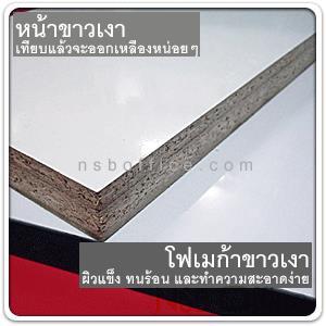 """โต๊ะพับหน้าโฟเมก้าขาวเกรด A (Top แผ่นตันหนา 21 มม. เสริมคานขวาง) ขนาด 4-6 ฟุต ขาเหล็กชุบโครเมี่ยม:<p><span style=""""text-decoration: underline;"""">Top แผ่นไม่ MDF+PB หนารวม 21 มม.</span>&nbsp;ปิดลามิเนต โฟเมก้าขาวเงา (Formica HPL) น้ำหนักมาก ประมาณ 30-40 กก. ไม่เหมาะกับการใช้งานที่ยกย้ายบ่อย&nbsp;<span>ผลิต 8 ขนาด (4 ฟุต - 6 ฟุต)&nbsp;</span>โครงขาเหล็กขนาด 1 1/4*1 1/4นิ้ว คานขวางเหล็ก 6 หุน*1 1/2 นิ้ว ชุบโครเมี่ยม บานพับใหญ่หนา ใต้โต๊ะมีเสริมกระดูกคานเหล็กเส้นกลมเส้นผ่านศูนย์กลาง 0.5 นิ้ว จำนวน 2-4 เส้น ให้ใช้ได้นาน ไม่แอ่นตัวตกท้องช้าง ขอบ PVC edging หนา 1 มม. ขอบรับแรงกระแทกแล้วไม่แตกง่าย ขาโต๊ะมีปุ่มหมุนปรับระดับ รับผลิตขนาดพิเศษ และรับผลิตขอบเป็นอลูมิเนียม เหมาะสำหรับงานโรงแรม (* กรณีหน้าโฟเมก้าลายไม้ เพิ่ม 300-1,100 บาท)</p>"""