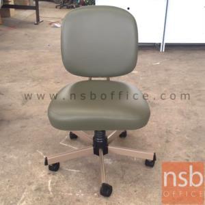 เก้าอี้สำนักงานพนักพิงหลัง ขาเหล็ก ยี่ห้อลัคกี้ รุ่น CH-400A ไม่มีท้าวแขน:<p>ขนาด 47W*53D*84.5H cm. ไม่มีท้าวแขน /ผลิต 2 สีคือสีน้ำตาลเข้ม (V1-BR/650) และสีเทา (V1-LG/611)</p>
