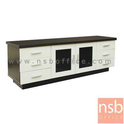 ตู้วางของอเนกประสงค์ 150W cm.  รุ่น DIM-DBAD-6260 ไม้ปาร์ติเกิลบอร์ด:<p>ขนาด 150W*45D*52H cm. โครงสร้างผลิตจากไม้ปาร์ติเกิลบอร์ด /มี 3 ลิ้นชักลิ้นชักข้างซ้าย/ขวา พร้อม 2 บานเปิดกระจกกลาง(ไม่มีกุญแจล็อค) ผลิตเฉพาะสีโอ๊ค/ครีม</p>