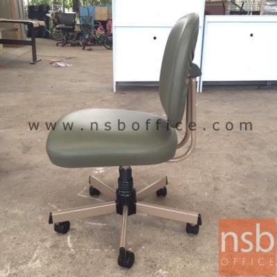 เก้าอี้สำนักงาน รุ่น CH-400A  ขาเหล็กชุบโครเมี่ยม:<p>ขนาด 47W*53D*84.5H cm. ไม่มีท้าวแขน /ผลิต 2 สีคือสีน้ำตาลเข้ม (V1-BR/650) และสีเทา (V1-LG/611)</p>