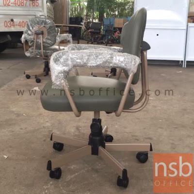 เก้าอี้สำนักงานพนักพิงหลัง ขาเหล็ก ยี่ห้อลัคกี้ รุ่น CH-400 มีท้าวแขน:<p>ขนาด 59W*53D*84.5H cm. มีท้าวแขน /ผลิต 2 สีคือสีน้ำตาลเข้ม (V1-BR/650) และสีเทา (V1-LG/611)</p>