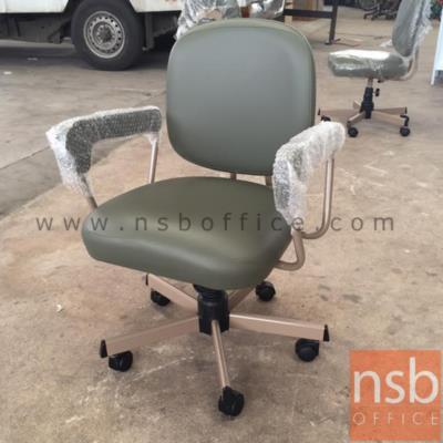 เก้าอี้สำนักงานพนักพิงหลัง ขาเหล็ก ยี่ห้อลัคกี้ รุ่น CH-400 มีท้าวแขน:<p>ขนาด 59W*53D*84.5H cm. มีท้าวแขน /ผลิต 2 สีคือสีน้ำตาลเข้ม (V1-BR/650) และสีเทา (V1-LG/660)</p>